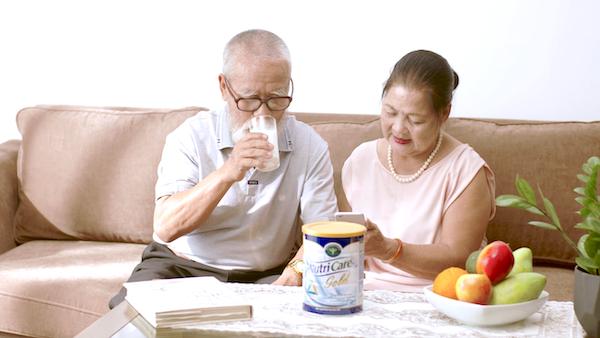 Người cao tuổi có thể bổ sung sữa vào thực đơn để góp phần tăng cường khả năng miễn dịch.