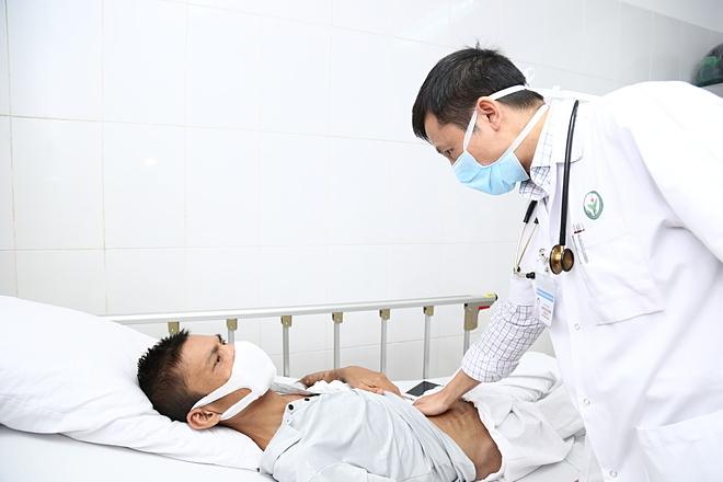 Bệnh nhân mắc bệnh thân thăm khám tại Bệnh việt Việt Đức. Ảnh: Thảo My.