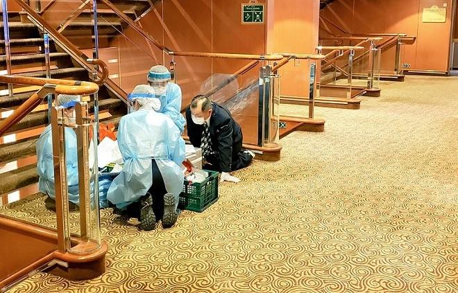 Các nhân viên y tế trên tàu làm việc vào ngày 4/2. Ảnh: AFP
