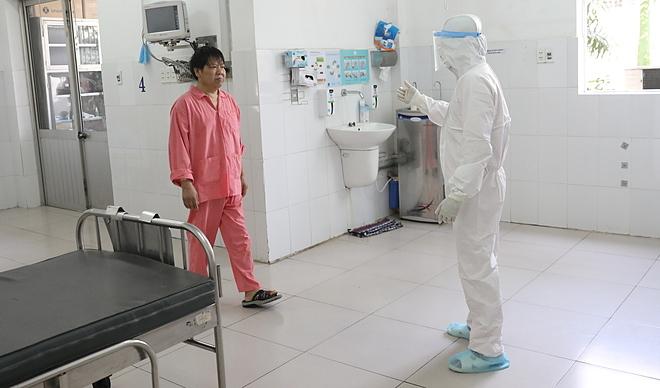 Ông Li Ding khi điều trị trong phòng cách ly tại Bệnh viện Chợ Rẫy. Ảnh: Hữu Khoa.