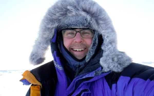Harrop đến Bắc Cực với thuốc hóa trị kẹp ở nách.