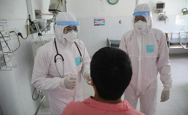Bệnh nhân Trung Quốc khi đang điều trị cách ly ở Bệnh viện Chợ Rẫy. Ảnh: Hữu Khoa.