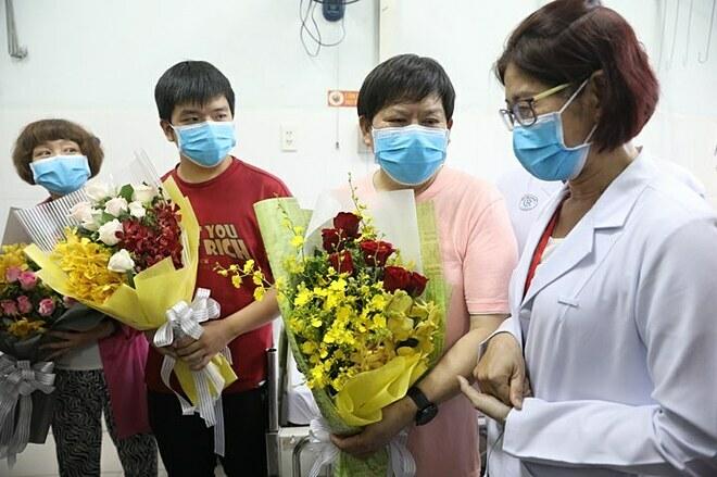 Ông Li Ding (áo cam) cùng con trai và vợ được bác sĩ (áo trắng) dặn dò khi xuất viện. Ảnh: Hữu Khoa.