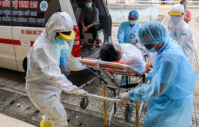 Bệnh nhân được chuyển đến cách ly tại Bệnh viện dã chiến ở TP HCM. Ảnh: Quỳnh Trần.