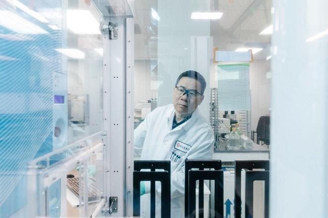 Nhà khoa học làm việc tại phòng thí nghiệm của Gilead. Ảnh: WSJ