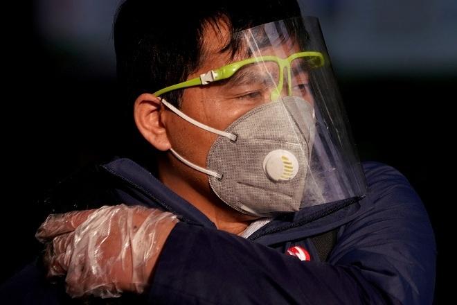 Người dân Thượng Hải sử dụng khẩu trang và mặt nạ để ngừa virus corona. Ảnh: Reuters