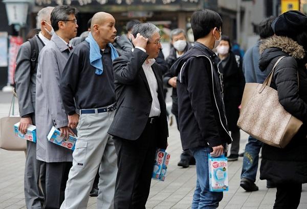 Xếp hàng mua mặt nạ trước một quầy thuốc ở Tokyo,  Nhật Bản. Ảnh: Reuters