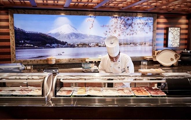 Trong phòng ăn tại du thuyền Diamond Princess, đầu bếp đang chuẩn bị món sashimi. Ảnh: Princess Cruises