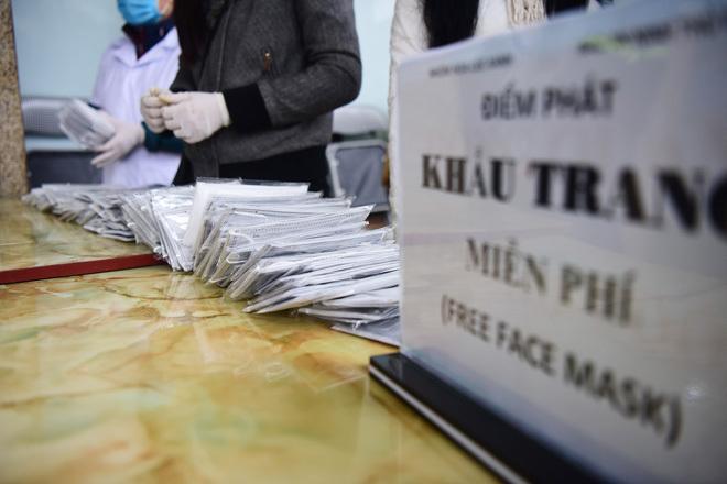 Khẩu trang được phát miễn phí ở nơi đông người tại ga Hà Nội. Ảnh: Giang Huy.
