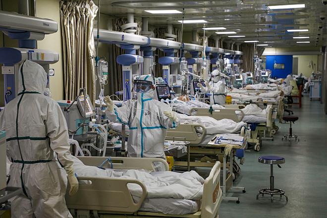 Bệnh nhân được điều trị trong khu vực cách ly. Ảnh: Reuters