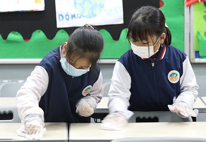 Học sinh Trường liên cấp Tiểu học - THCS Ngôi sao Hà Nội đeo khẩu trang y tế trong giờ học, ngày 31/1. Ảnh: Ngọc Thành.