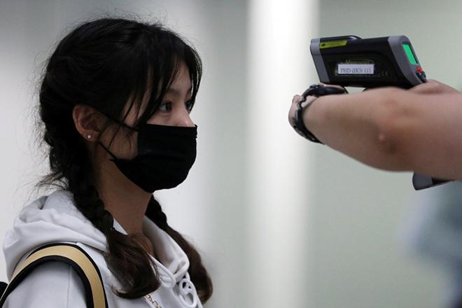 Để phát hiện sớm và ngăn chặn bệnh viêm phổi do virus lạ nCoV từ thành phố Vũ Hán xâm nhập, các sân bay, địa điểm du lich đều đang dử dụng máy đo thân nhiệt để kiểm tra. Ảnh: SCMP