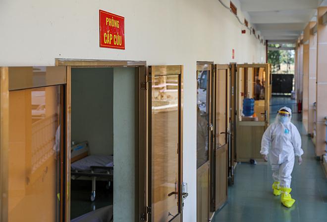 Khu vực cách ly tại bệnh viện, các y bác sĩ mặc trnag phục bảo hộ tránh lây nhiễm virus corna. Ảnh: Như Quỳnh