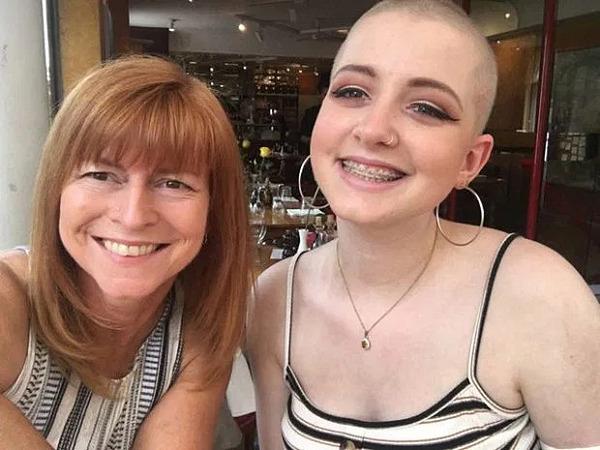 Beth nhờ mẹ cạo tóc như hành động làm chủ cuộc sống, không để bị chi phối bởi bệnh tật.