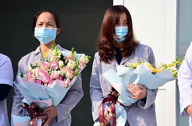 Bệnh nhân Phạm Thị Bình (trái) và Nguyễn Thị Namxuất viện, chiều 18/2. Ảnh: Giang Huy.