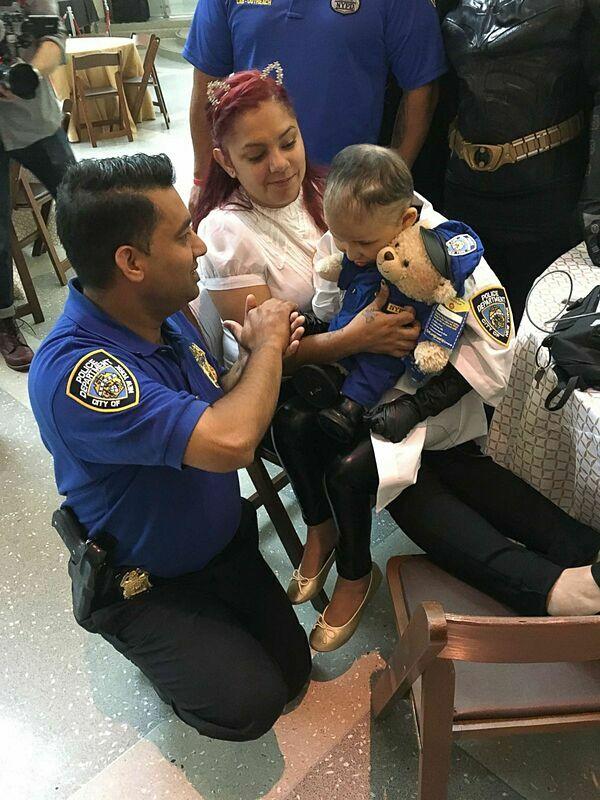 Aniya vui vẻ cùng các sĩ quan của Sở cảnh sát New York.