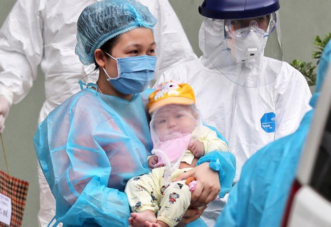 Bé gái cùng mẹ xuất viện sáng 20/2. Ảnh: Giang Huy.