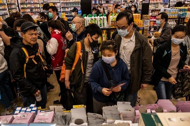 Người dân Hong Kong xếp hàng mua khẩu trang. Ảnh: NY Times