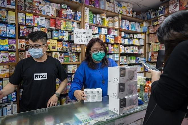 May Tang (phải) làm việc tại hiệu thuốcKit Pharm. Ảnh: NY Times