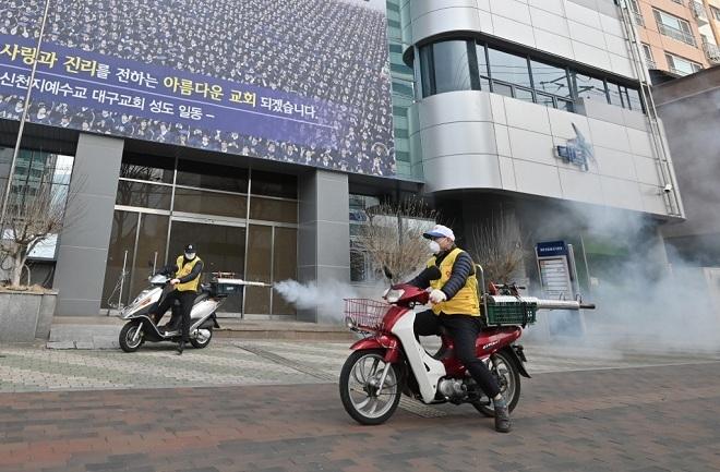 Nhân viên y tế tiêu độc khử trùng tại Nhà thờShinji, thành phố Daegu vào ngày 21/2. Ảnh: AFP