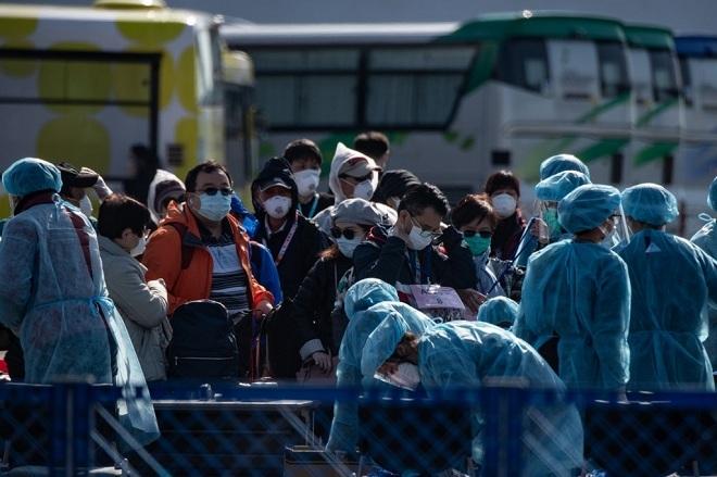 Du khách trên chuyến tàu Diamond Princess hết hạn cách ly, chuẩn bị trở về nhà vào ngày 21/2. Ảnh: AFP