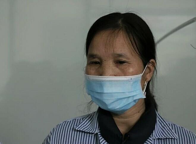 Người mẹ trong lễ ra viện chiều 20/2. Ảnh: Anh Phú.