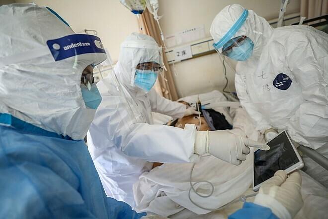 Bác sĩ tại Bệnh viện Chữ thập đỏ Vũ Hánđiều trị cho một bệnh nhân nhiễm Covid-19 vào ngày 16/2. Ảnh: AFP