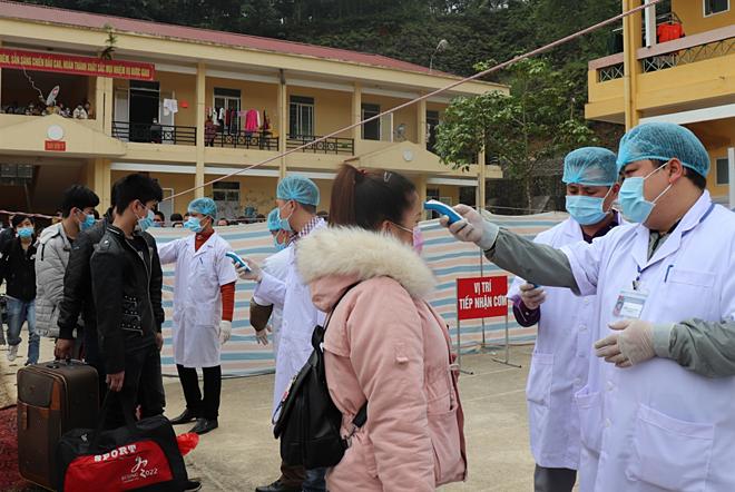 Người về từ Trung Quốc được kiểm tra thân nhiệt trước khi chuyển đến khu cách ly tại Trung đoàn 832, Thái Nguyên.Ảnh do Sở Y tế Cao Bằng cung cấp.