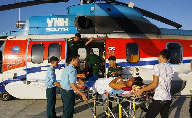 Trực thăng bay đêm đưa hai bệnh nhân về tới Bệnh viện Quân y 175 sáng 23/2. Ảnh: Trần Chính.