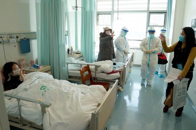 Một người đã khỏi bệnh Covid-19 nói lời tạm biệt với các bệnh nhân cùng phòng trước khi xuất viện. Ảnh: Tân hoa xã
