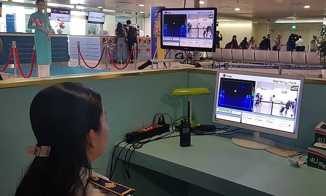 Đo thân nhiệt từ xa tại sân bay Tân Sơn Nhất. Ảnh: D.T