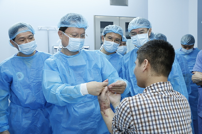 Tay ghép của bệnh nhân phục hồi tốt sau một tháng ghép. Ảnh: Đức Khánh.