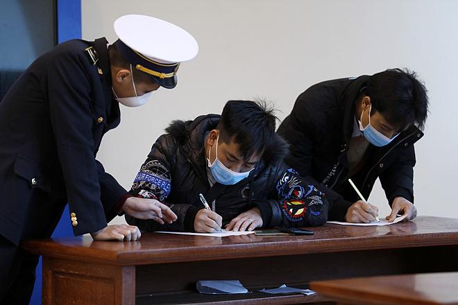 Người nhập cảnh từ Trung Quốc khai y tế tại cửa khẩu Hữu Nghị. Ảnh: Giang Huy.