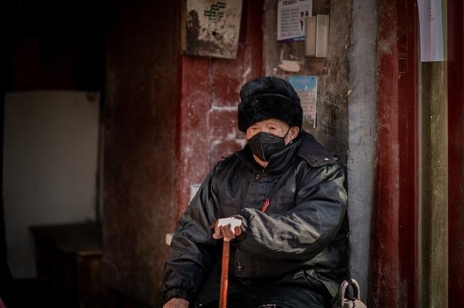 Một cụ ông đeo khẩu trang trên đường phố Bắc Kinh vào ngày 23/2. Ảnh: AFP