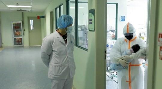 Bé sơ sinh trong vòng tay của bác sĩ tạiBệnh viện Nhi đồng Vũ Hán. Ảnh: Asia Wire