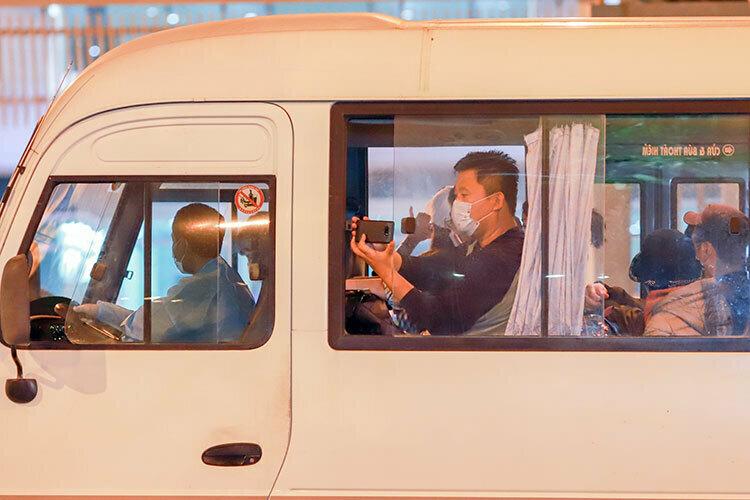 Một đoàn khách Hàn Quốc cũng trên xe ôtô vào sân bay quốc tế Đà Nẵng để về nước ngày 25/2. Ảnh: Nguyễn Đông.