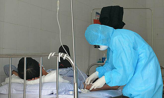 Bệnh nhân Vinh được truyền nước sáng 23/2. Ảnh: Giang Huy.