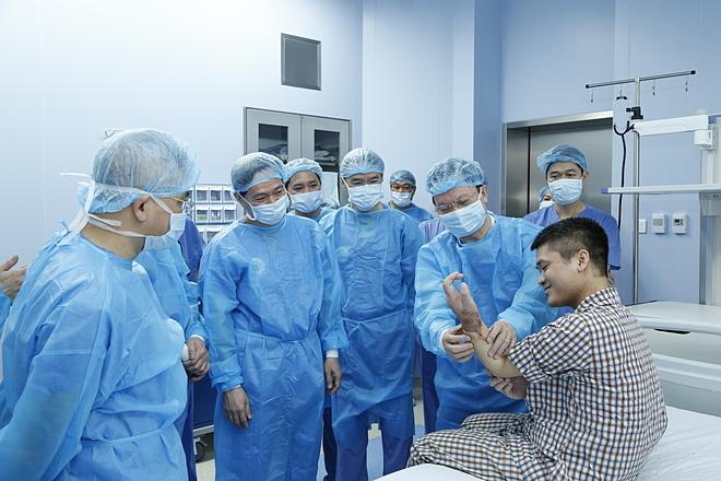 Giáo sư Bàng cùng đồng nghiệp thăm bệnh nhân Vương sau ca ghép thành công. Ảnh: Đức Khánh.