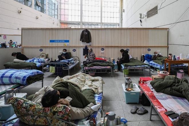 Các bệnh nhân đã khỏi Covid-19 tiếp tục được cách ly tạm thời trong một bệnh viện dã chiến ở Vũ Hán. Ảnh: AP