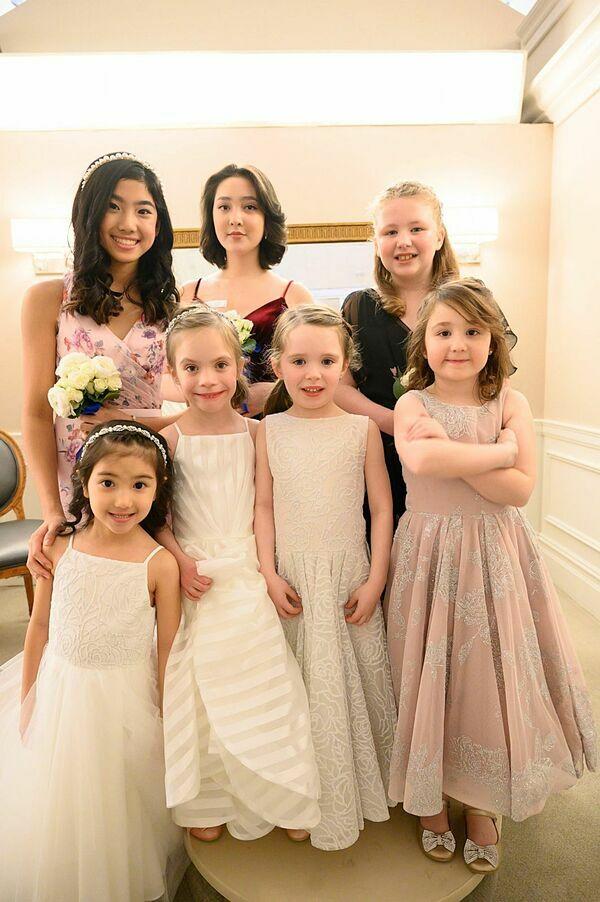 Quinn Tranchina (váy hồng) cùng chị gái Reilly (váy đen) và các bạn diễn trong show diễn.