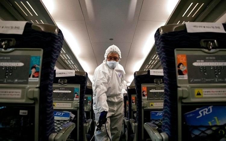 Nhân viên y tế tại Trung Quốc đang khử trùng tàu xe. Ảnh: AFP