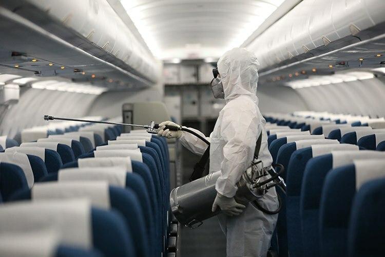 Khử trùng máy bay của Vietnam Airlines. Ảnh: Ngọc Thành.
