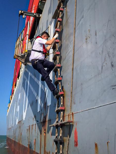 Thao tác leo thang dây lên tàu kiểm dịch không quá khó khăn với bác sĩ Nhân - Ảnh: Trung tâm Kiểm dịch Y tế Quốc tế TP HCM