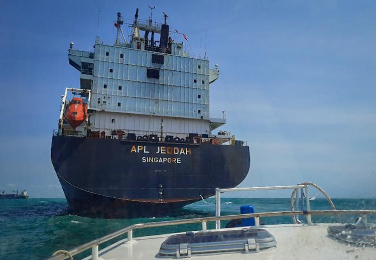 Các bác sĩ tại chốt kiểm dịch Phao số không thường xuyên tiến hành kiểm tra thân nhiệt toàn bộ thủy thủ trên tàu trước khi vào cảng - Ảnh: Trung tâm Kiểm dịch Y tế Quốc tế TP HCM