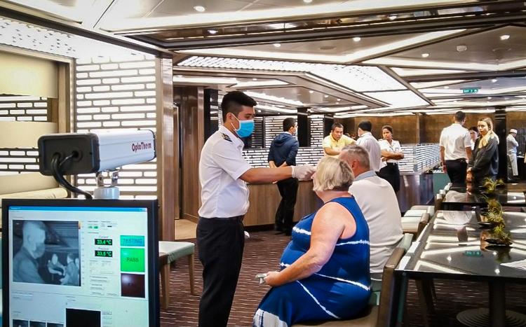 Kiểm dịch viên kiểm tra thân nhiệt cho toàn bộ hành khách trên du thuyền - Ảnh: Trung tâm Kiểm dịch Y tế Quốc tế TP HCM