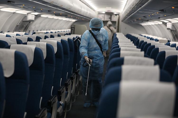 Nhân viên thực hiện khử trùng máy bay tại sân bay Nội Bài, Hà Nội ngày 4/2. Ảnh: Ngọc Thành.