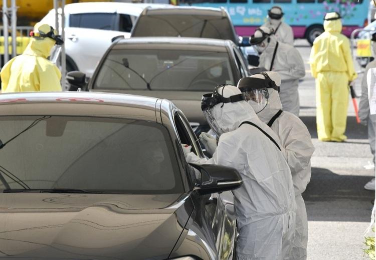 Nhân viên y tế tại một trạm kiểm soát lưu động ở thành phốGoyang vào ngày 29/2. Ảnh: AFP