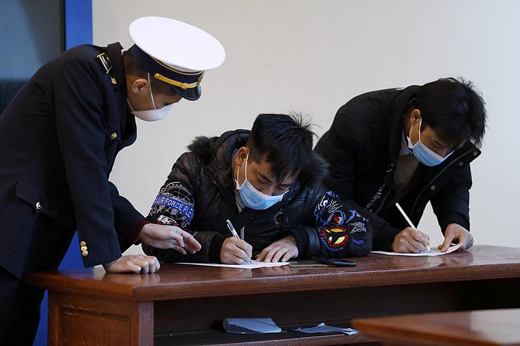Khách nhập cảnh khai báo y tế tại cửa khẩu Hữu Nghị, Lạng Sơn, đầu tháng 2. Ảnh: Giang Huy.