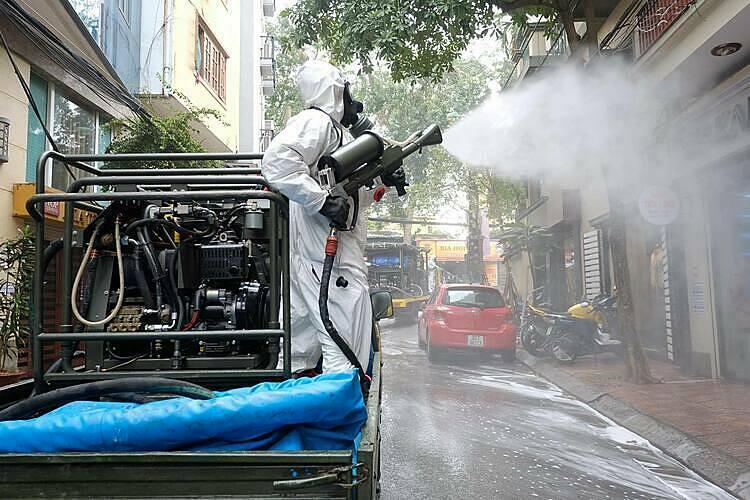 Phun khử khuẩn tại phố Trúc Bạch, quận Ba Đình,Hà Nội sáng 7/3, sau khi phát hiện ca bệnh Covid-19. Ảnh: Giang Huy