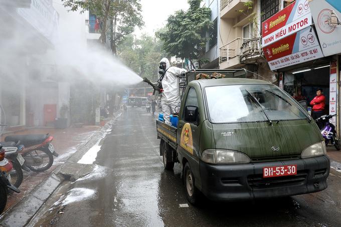 Khu phố quanh nhà bệnh nhân Nguyễn Hồng Nhung, gồm phố Trúc Bạch, phố Châu Long,được phun khử khuẩn sáng ngày 7/3. Ảnh: Giang Huy.